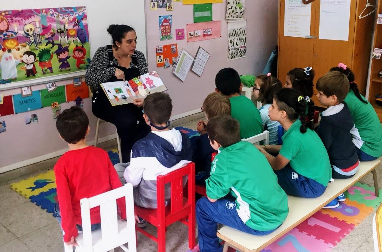 Una mamá del Colegio Los Álamos cuenta un cuento en las aulas
